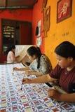 Mulheres que fazem o Batik Handprinted tradicional Imagem de Stock Royalty Free