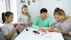 Mulheres que fazem o tratamento de mãos em casa vídeos de arquivo