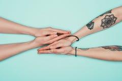 Mulheres que fazem os gestos da oração isolados na turquesa fotos de stock royalty free