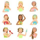 Mulheres que fazem procedimentos de embelezamento dos termas do cabelo e da pele Fotografia de Stock