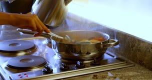 Mulheres que forram o alimento na cozinha em casa 4k vídeos de arquivo