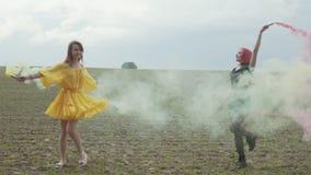 Mulheres que gerenciem nas nuvens do fumo colorido fora vídeos de arquivo