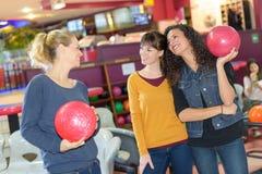 Mulheres que guardam bolas de boliches Fotografia de Stock Royalty Free