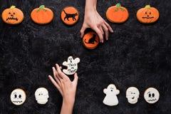 Mulheres que guardam cookies caseiros do Dia das Bruxas Imagem de Stock Royalty Free