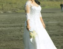 Mulheres que guardam flores, símbolo do casamento, prewedding imagem de stock