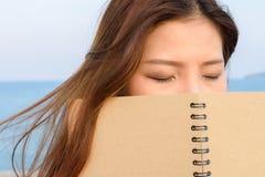 Mulheres que guardam o livro Imagens de Stock Royalty Free