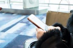 Mulheres que guardam o telefone esperto Imagens de Stock