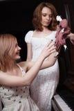 Mulheres que jogam com boneca Foto de Stock