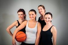 4 mulheres que jogam o basquetebol fotografia de stock royalty free