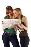 Mulheres que lêem o mapa Imagens de Stock