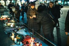 Mulheres que lamentam nos povos de Strasbourg que pagam o tributo às vítimas de imagem de stock