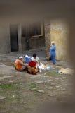 Mulheres que lavam sua roupa no EL Jadida, Marrocos Fotografia de Stock Royalty Free