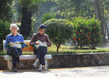 Mulheres que leem sob a luz solar Foto de Stock Royalty Free