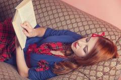 Mulheres que leem um livro Foto de Stock Royalty Free