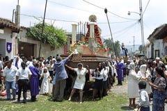 Mulheres que levam o santuário durante a procissão da Semana Santa Foto de Stock Royalty Free