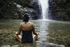 Mulheres que meditam fora no parque verde no fundo da natureza fotografia de stock royalty free
