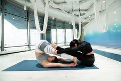 Mulheres que melhoram sua flexibilidade ao praticar a ioga junto foto de stock royalty free