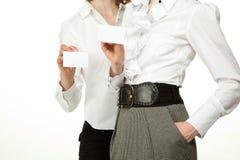 Mulheres que mostram emblemas em branco Imagem de Stock