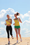 Mulheres que movimentam-se na praia fotografia de stock