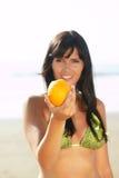 Mulheres que oferecem lhe uma laranja Imagens de Stock