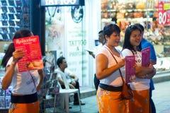 Mulheres que oferecem a massagem na rua de Patong na noite Foto de Stock Royalty Free