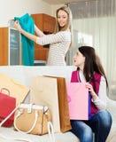 Mulheres que olham junto o vestido verde novo Imagem de Stock Royalty Free
