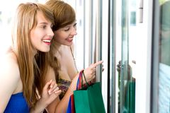 Mulheres que olham no indicador da loja Foto de Stock Royalty Free