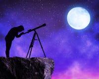 Mulheres que olham o céu das estrelas com telescópio Foto de Stock