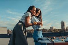 Mulheres que olham a tabela do retrocesso no telhado fotos de stock