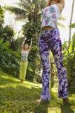 Mulheres que praticam a ioga. foto de stock