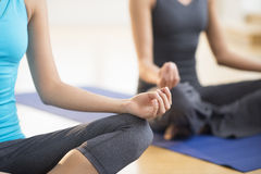 Mulheres que praticam a ioga no Gym Fotografia de Stock