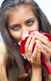 Mulheres que prendem as pétalas das rosas Foto de Stock Royalty Free