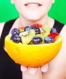 Mulheres que prendem a salada de fruta fotos de stock
