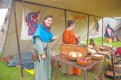 Mulheres que preparam o alimento no período medieval Imagens de Stock Royalty Free