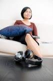 Mulheres que prestam atenção à televisão Fotografia de Stock