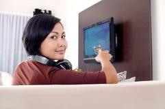 Mulheres que prestam atenção à televisão imagem de stock
