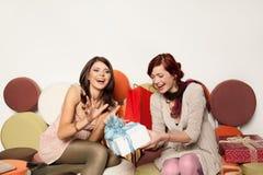 Mulheres que recebem presentes imagem de stock royalty free