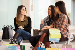 Mulheres que relaxam após um dia da compra Imagem de Stock
