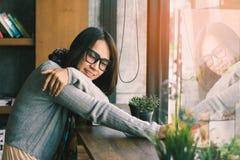 Mulheres que relaxam na biblioteca Imagens de Stock