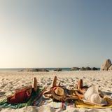 Mulheres que relaxam nos chapéus vestindo do sol da praia fotos de stock royalty free