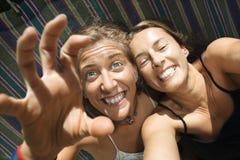 Mulheres que são parvas no hammock. imagens de stock royalty free
