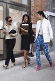 Mulheres que saem junto após um desfile de moda em New York Fotos de Stock