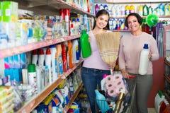 Mulheres que selecionam detergentes na loja Fotografia de Stock Royalty Free