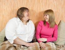 Mulheres que sentam-se em casa Fotografia de Stock Royalty Free