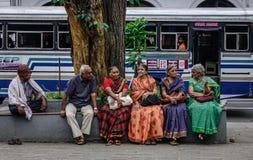 Mulheres que sentam-se na rua em Kandy, Sri Lanka foto de stock