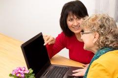 Mulheres que surfam o Internet Foto de Stock