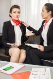 Mulheres que têm a discussão caloroso na sala da ruptura fotografia de stock royalty free
