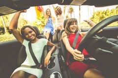 Mulheres que têm o divertimento ao conduzir em Beverly Hills Fotografia de Stock Royalty Free