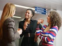 Mulheres que têm a ruptura de café Fotografia de Stock