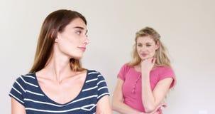 Mulheres que têm um argumento video estoque